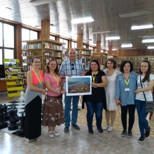 Явор Мичев дари една от своите фотографии на библиотеката